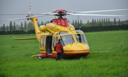 Cade dalla bici, grave anziano trasportato in elicottero