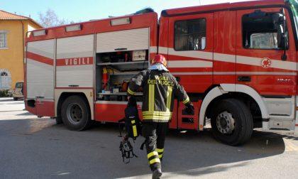 Auto in fiamme sulla ss36, la circolazione riprende su una sola corsia
