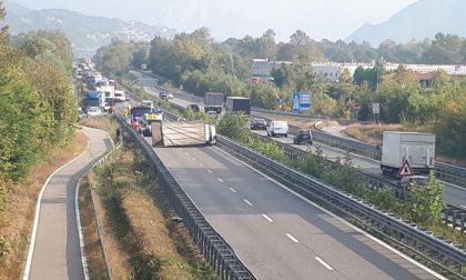 Traffico in tilt per gravissimo incidente sulla Statale 36. Camion ribaltato e strada chiusa FOTO