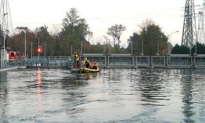 Morto bimbo caduto nel canale in bici nell'Alto Milanese