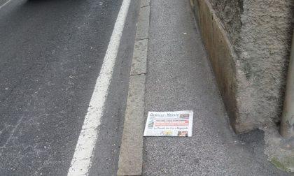 Barriere architettoniche in centro, marciapiede largo come il giornale FOTO