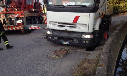 Voragine in strada, camion sprofonda a Brivio FOTO