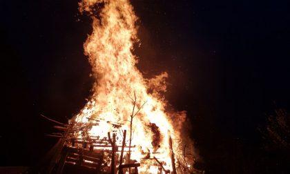 Falò per Papa Giovanni XXIII, nel fuoco si forma una croce