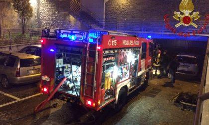 I pompieri domano le fiamme in un box