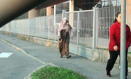 Donna in niqab davanti a scuola   LA FOTO