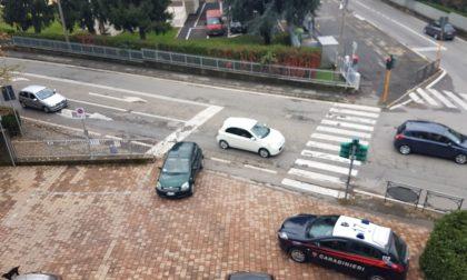 Auto senza freno a mano finisce in strada