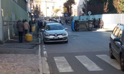 Auto ribaltata nel centro di Casatenovo