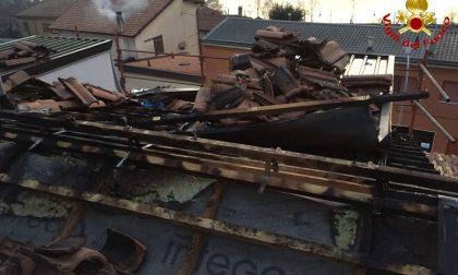 In fiamme il tetto di una casa a Lecco. Pompieri in azione a Chiuso FOTO