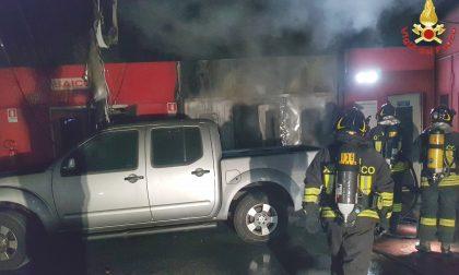 Vigili del Fuoco spengono l'incendio in carrozzeria