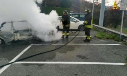 Auto in fiamme i pompieri domano l'incendio