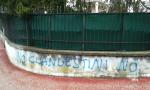 Profughi a Lomagna: il malcontento arriva sui muri