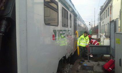 Tenta di salvarla. Coppia di anziani travolta dal treno