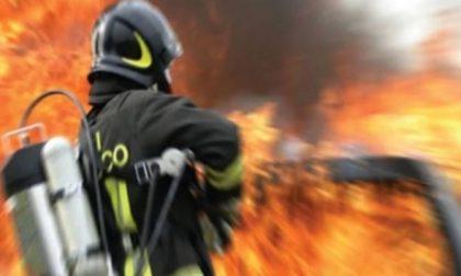 Nuovamente in fiamme l'ex ditta Manghi di Colico vigili del fuoco in azione l'ultimo dell'anno
