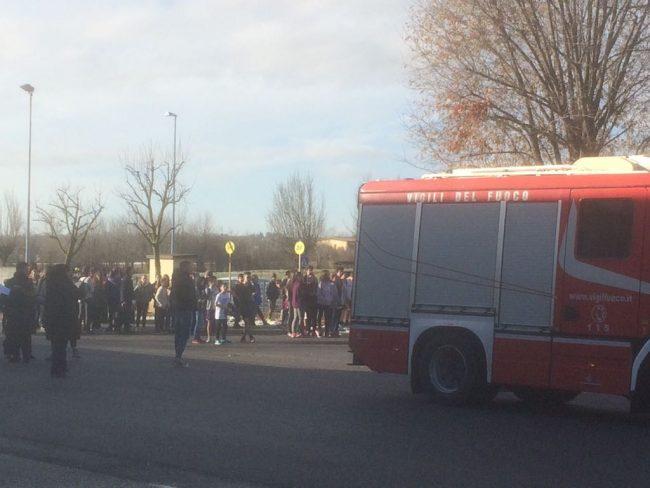 Allarme per una fuga di gas a scuola istituto evacuato FOTO