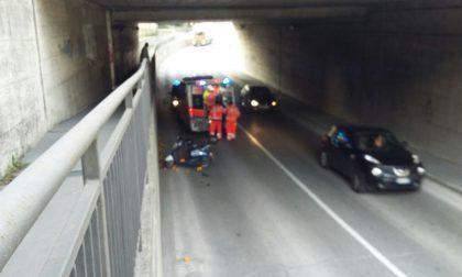Cade dal motorino nel sottopasso, 80enne trasportato in ospedale