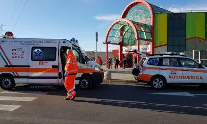 Malore davanti al supermercato 44enne in ospedale