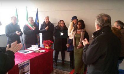 Donate le case Aler a Lecco, una donna africana canta di gioia VIDEO