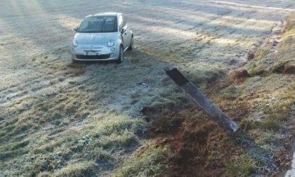 Auto ribaltata a bordo strada, 24enne in ospedale