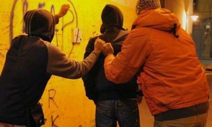 Prendono a pugni uno studente per rubargli il portafoglio, arrestati due minorenni