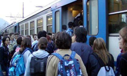 Mattina di passione per i pendolari: il regionale fatto fermare a Calolzio