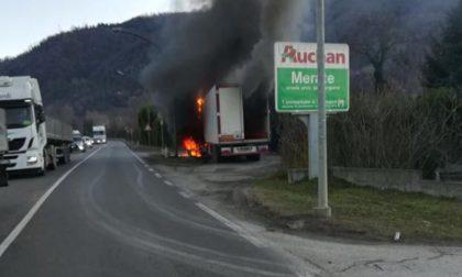 Camion in fiamme traffico rallentato