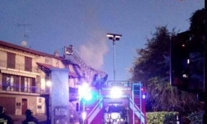 Tetto in fiamme  pompieri al lavoro per tre ore