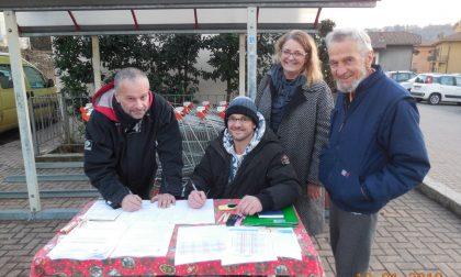 Protesta Tari un banchetto per raccogliere le firme