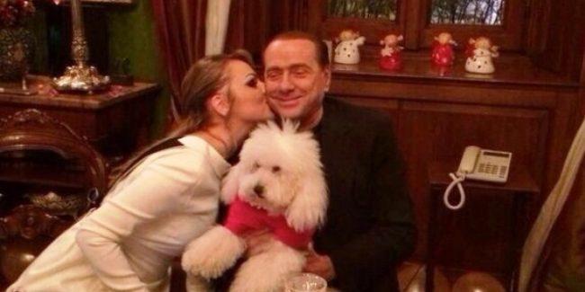 Berlusconi con Pascale  e il cane Dudù in centro a Merate