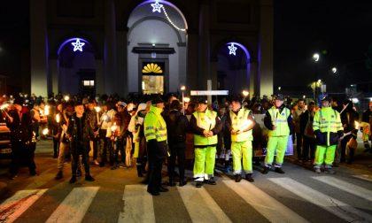 Marcia della Pace la croce con il legno dei barconi FOTO