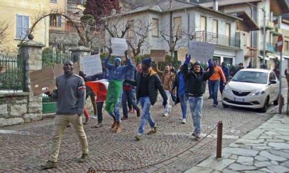 Esino migranti in corteo, dipendenti chiusi in Comune