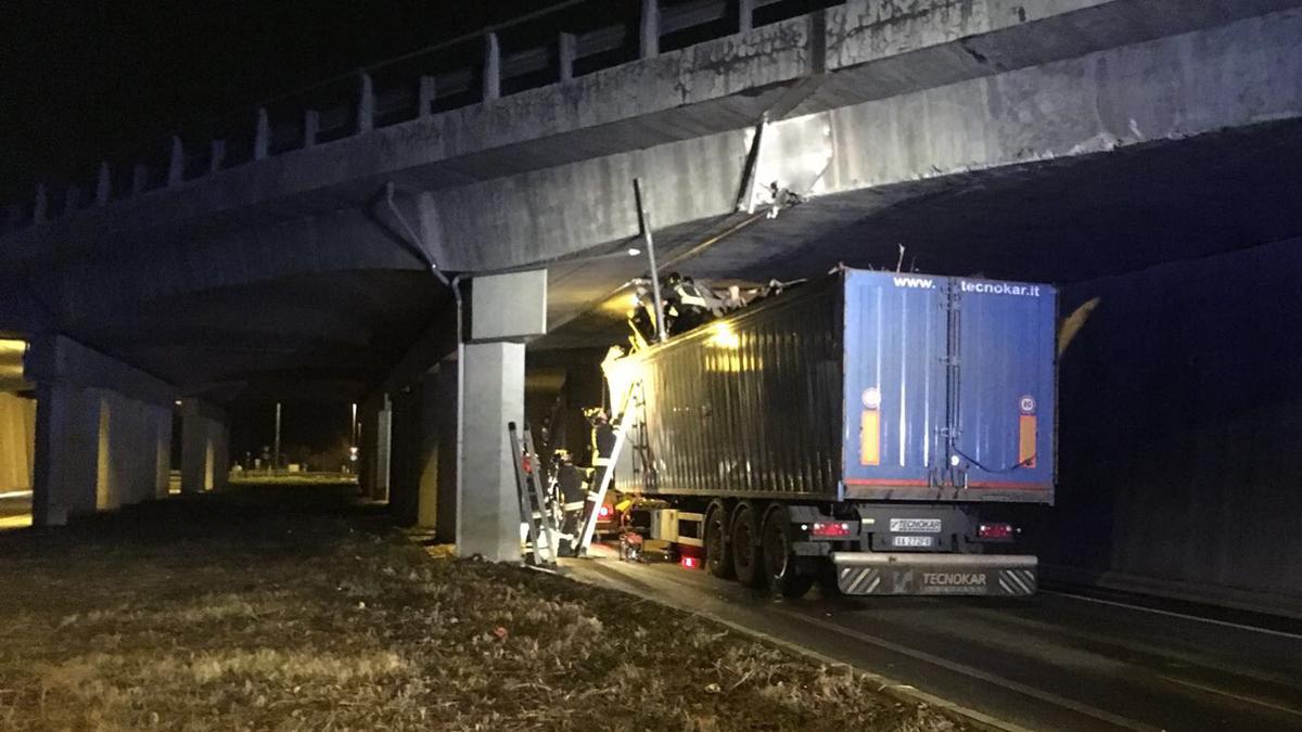 Camion incastrato sotto ponte traffico bloccato a Nibionno