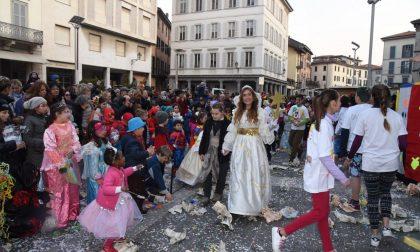La storia delle sarte lecchesi del Carnevale: «1500 capi cuciti»