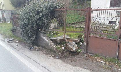 Colpo di sonno, auto abbatte una recinzione FOTO
