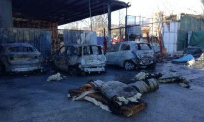 L'ombra di un piromane seriale dietro le tante auto in fiamme