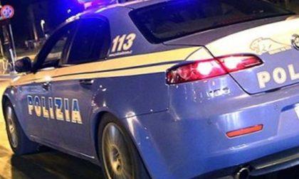Rogo nel bagno di un bar: 37enne nudo e avvolto dalle fiamme aggredisce i poliziotti, denunciato