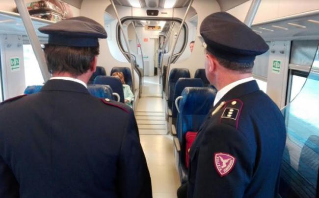 Controlli anticrimine della Polizia Ferroviaria a bordo dei treni a Porta Nuova