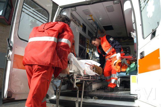 Ragazza si ribalta su una rotonda e finisce in ospedale