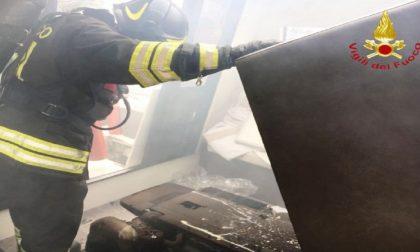 Imbarcazione prende fuoco a bordo 16 persone