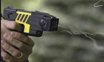 Rapinato e aggredito con una pistola elettrica da un minorenne