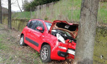 Incidente auto finisce contro un albero FOTO