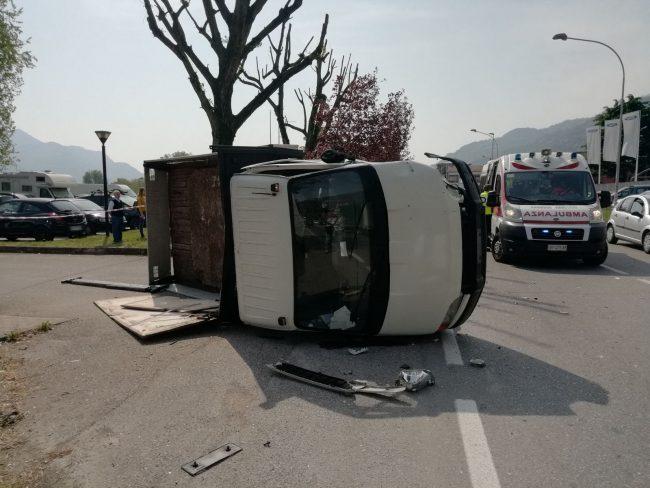 Terribile schianto sulla Statale: auto piomba su furgone FOTO