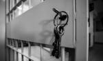 Tenta la fuga dal carcere durante l'ora d'aria. Aveva già picchiato poliziotti  e guardie a Lecco