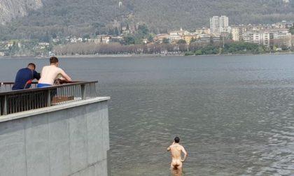 Uomo nudo nel lago tra curiosità e indignazione
