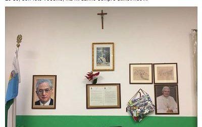Il sindaco seriffo posta la foto del suo ufficio con le immagini di Cossiga e Ratzinger