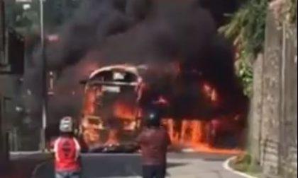 Moto contro un autobus morto il motociclista e il pullman distrutto dalle fiamme