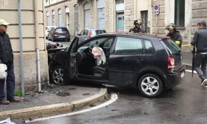 Terribile scontro tra auto all'incrocio: utilitaria si schianta contro il muro FOTO