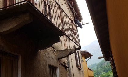 Anziano precipita da tre metri per il crollo di un balcone