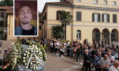 """Folla a Calolzio per i funerali di Augruso: """"Le cose belle come Pietro sono eterne"""""""