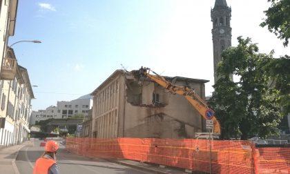 Via Parini: iniziata la demolizione