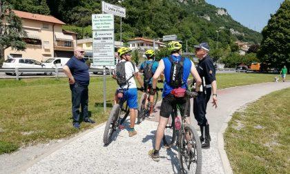 Controlli in corso per ciclisti e pedoni sulla pista ciclabile nella tratta Pescate-Garlate